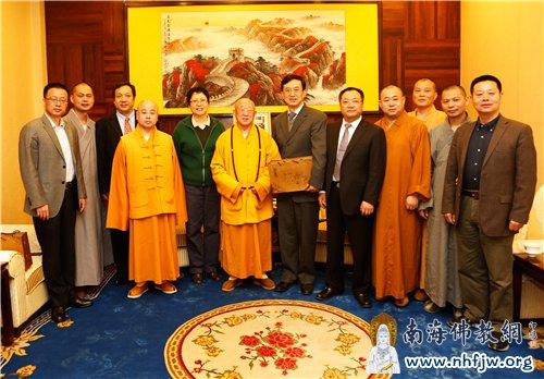 中勇法师与中国驻尼泊尔大使吴春太、松纯长老合影留念
