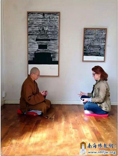 会后法师受本次艺术展策展人Francoise之邀,现场于本焕长老舍利塔的画作下,教导其持咒与禅修
