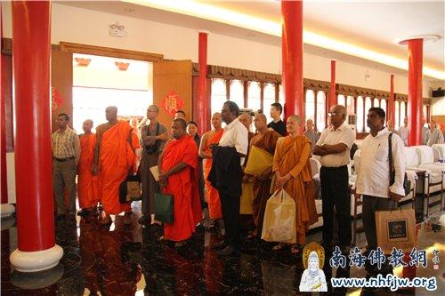 凯拉尼亚代表团驻足观看弘法寺与斯里兰卡交流纪录片